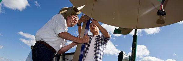 克拉克森大学 Aeronautical Engineering Professor Ken Visser works with a graduate student on wind turbine technology.